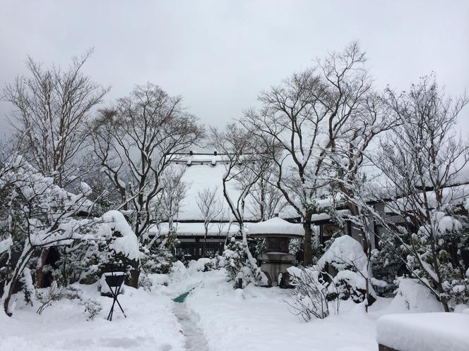 冬の湯布院は一面銀世界! 静かに降り続く雪と茅葺屋根が田舎を思い出させます。