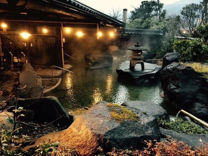 雲海の湯。巨石を配したダイナミックな露天風呂です。日頃の忙しさを忘れてゆったりと浸かってください。
