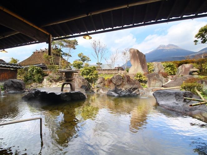 【大浴場露天】雲海の湯。とーっても広い大浴場から見る由布岳は圧巻です!!