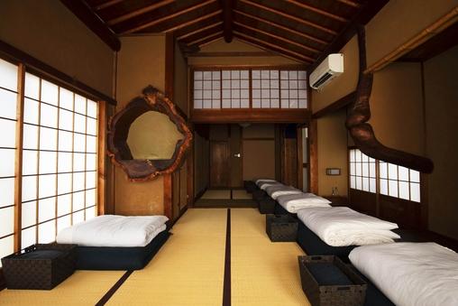 【囲炉裏のある宿】悠々17畳、本格建築の純和風部屋。