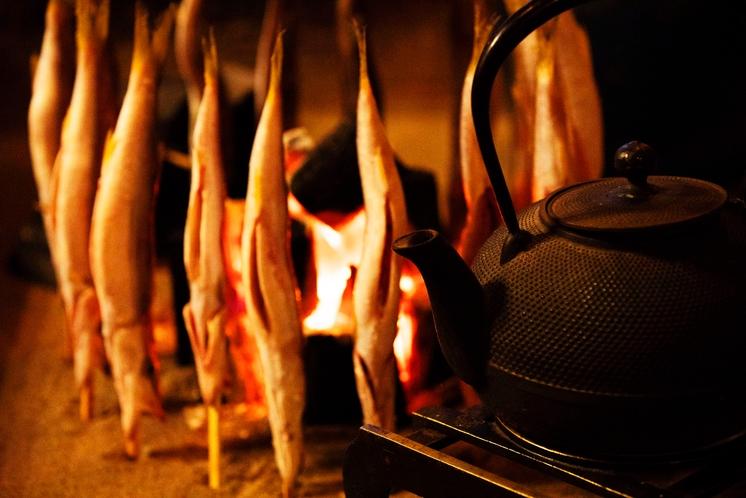 囲炉裏でパチパチ、魚焼きましょう。