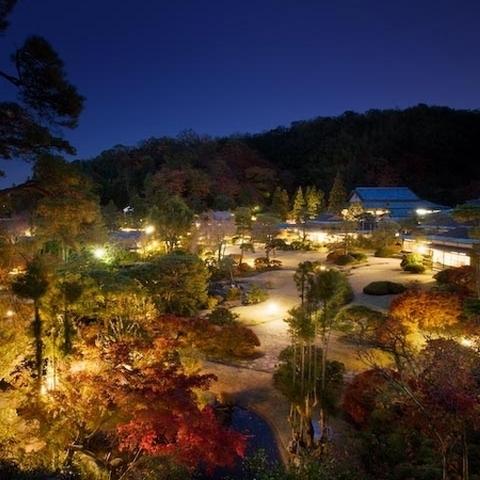 秋の宵、「東屋」から眺める日本庭園