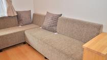 【特別室/佐嘉の間】県内の家具の産地である諸富家具のソファー