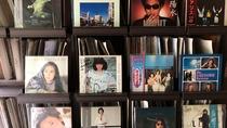 なつかしいレコードがずらりと並ぶ棚。お気に入りのレコードはいつでも聴くことができます。