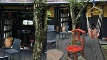 木立に囲まれた喫茶テラス