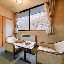 *【客室一例】山の斜面側のお部屋では、四季の風景がお楽しみいただけます。