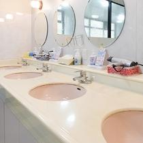 *【脱衣所】洗面スペース。こちらに用意しているアメニティもご利用ください。