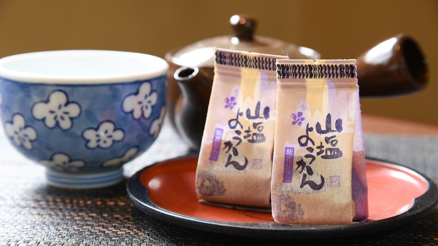 *【客室一例】旅の疲れを癒す、あたたかいお茶とお菓子をどうぞ。