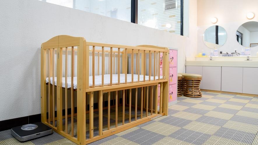 *【脱衣所】ベビーベッドも設置しておりますのでお子様連れの方はご活用ください。