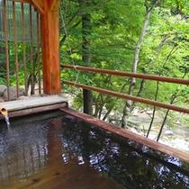 *【貸切露天風呂】檜の香りに包まれ、川のせせらぎを聞きながら…。ゆったりとお寛ぎください。