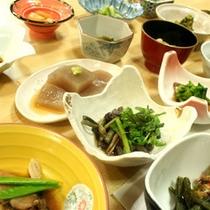 *【スタンダード料理(一例)】自家栽培の無農薬野菜や採れたての山菜やキノコなど、こだわり食材を使用。