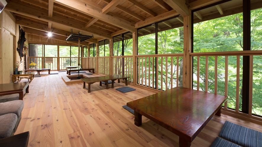 *本館館内 (川床)自然に囲まれた癒川床。眼科には中ノ沢川を眺められます