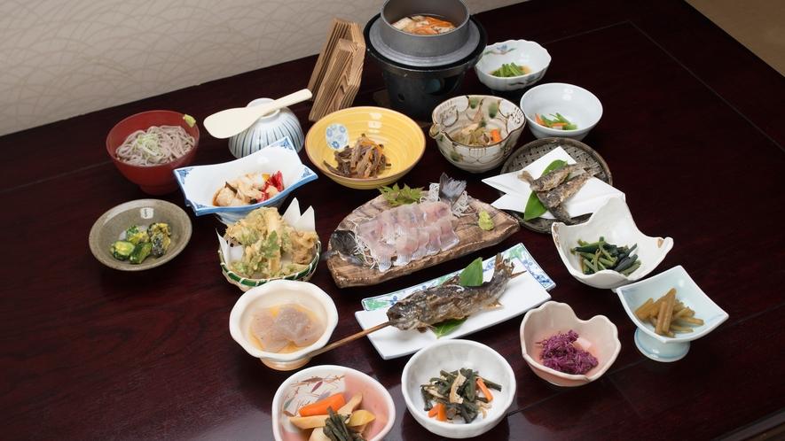 *【夕食(グレードアップ)】10種類の山菜料理を始め、天ぷらや川魚など全15品