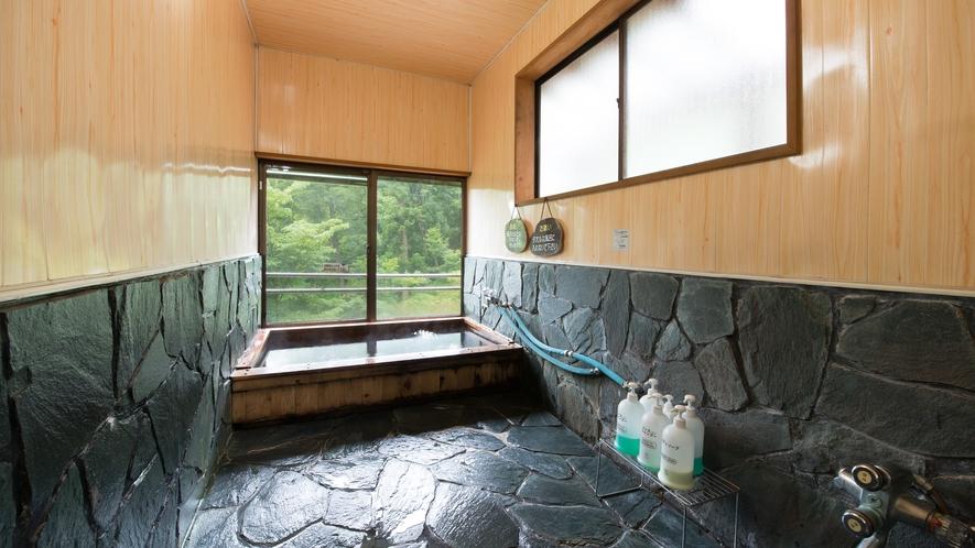 *風呂(女湯大浴場)中ノ沢川を眼下に眺める内風呂