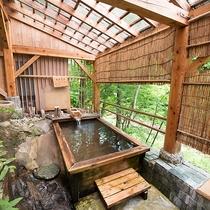 *風呂(露天風呂)眼下には渓谷を流れる中ノ沢川。夜は月明かりの下ゆっくりくつろげます。