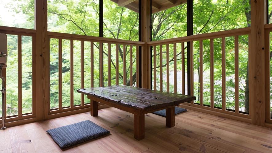 *本館館内 (川床)豊かな緑に囲まれ、聞こえるのは大自然の呼吸!