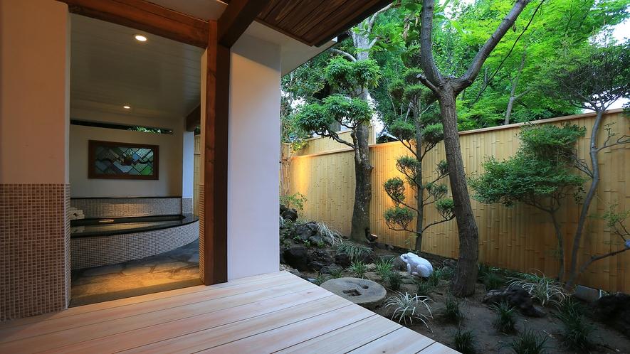 温泉露天付特別室72番の露天風呂と庭