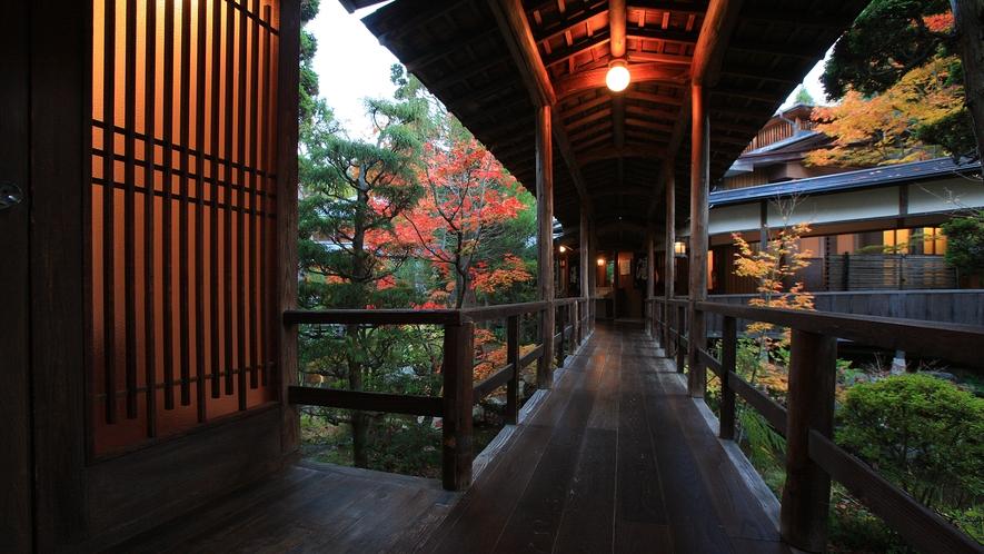 錦秋の渡り廊下