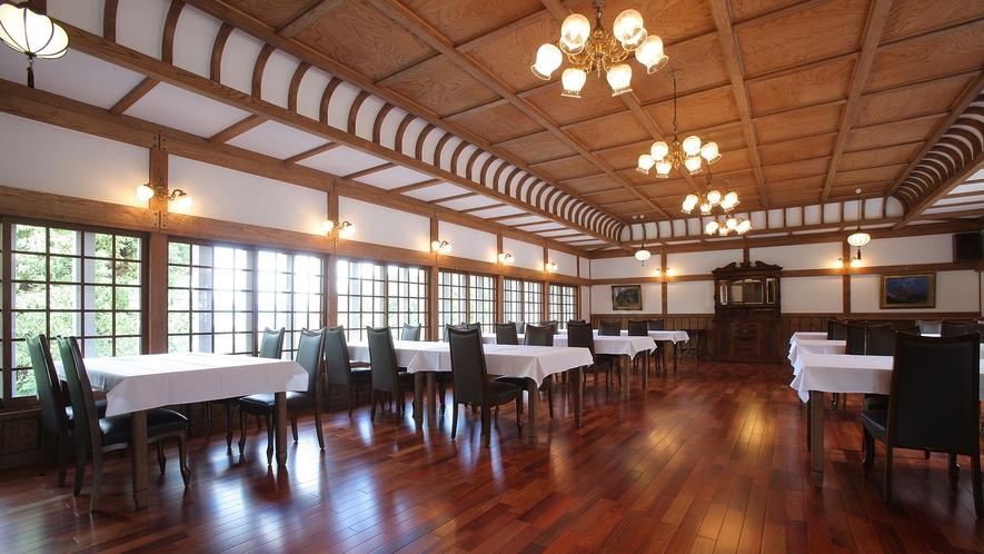 床は花梨、天井は欅を配した「ダイニング」