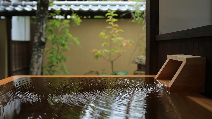 【貴賓室「武家屋敷 桜御殿」】源泉かけ流しの露天風呂