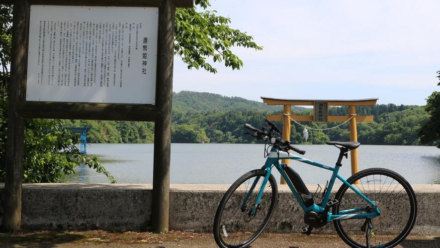 浮布池の中の邇幣姫神社の鳥居