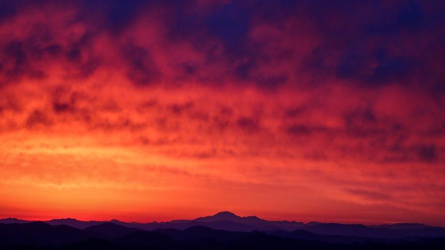 天空の朝ごはん 日の出前の赤焼け空