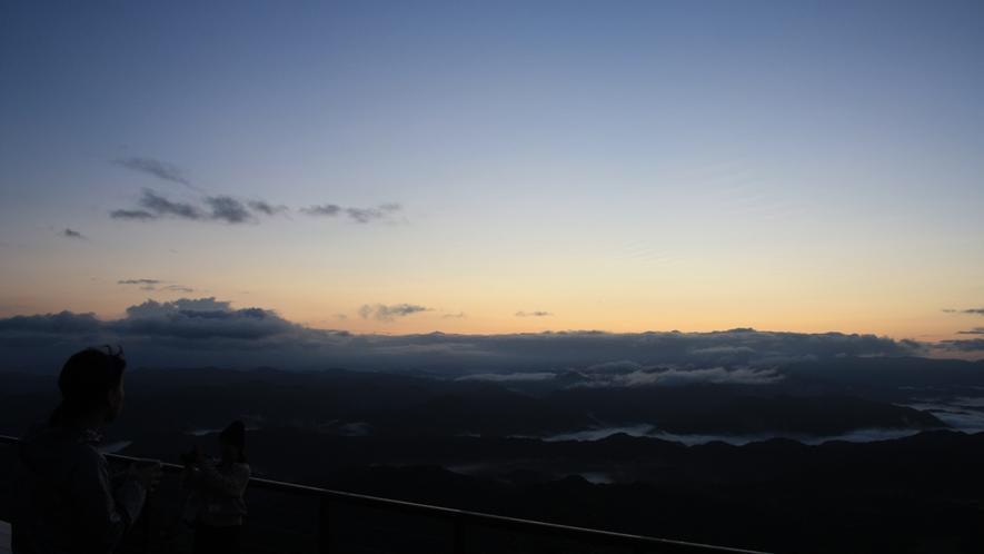 天空の朝ごはん 日の出前の雲海と女性