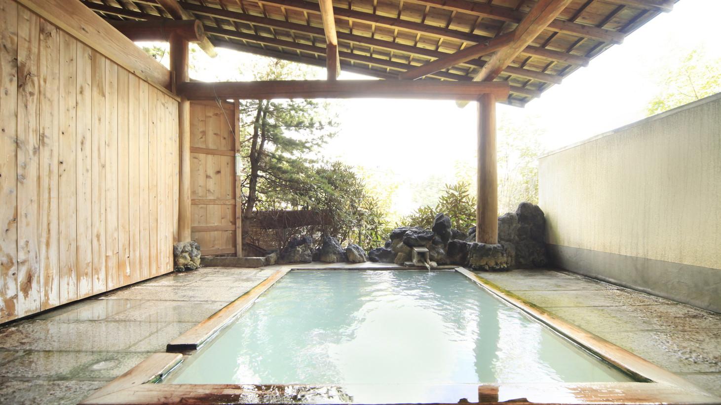 草津唯一の湯畑を望める露天風呂。名湯白旗源泉100%掛け流しです。
