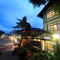 湯畑を見下ろせる好立地!ぬ志勇旅館の夜の外観