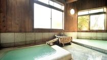 源泉湯の花風呂(男湯)。床が御影石、柱は杉を使った優雅な造りです。