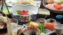 ベテラン板長が作る昔ながらの旅館御膳、旬菜や地物を丁寧に調理した夕膳+上州牛(一例)