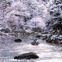 しんしんと降り積もる雪に風情を感じる、冬の保津川下り