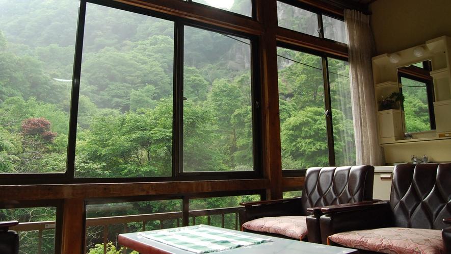 *【和室一例】お部屋から季節により色を変える山々をご覧いただけます。