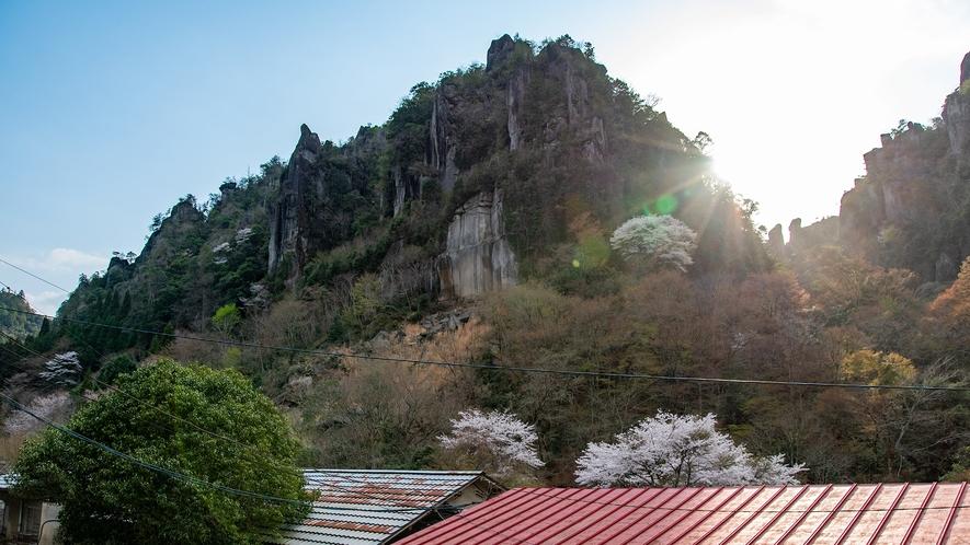 *【食事処眺望】季節により様々な顔を見せる山の表情をお楽しみください。