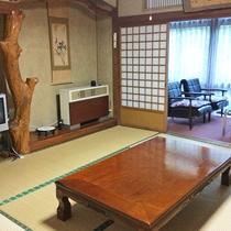 【和室客室一例】部屋の名前でもある「紅葉」が床柱に取り入れられた和室のお部屋です。