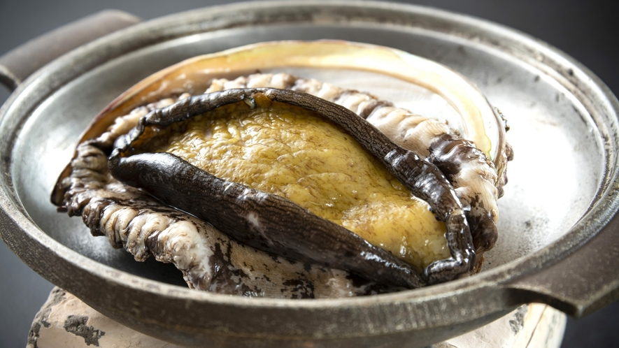 水揚げされたばかりの富山湾のアワビは磯の香りが違います! コリッコリの食感は地物アワビならでは。
