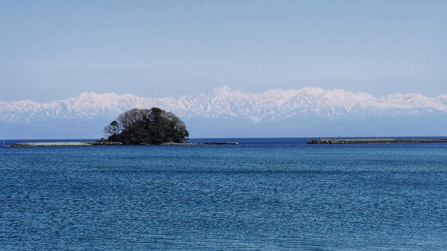 天気が良いと日本海に浮かぶ立山連峰がくっきりと見られます。