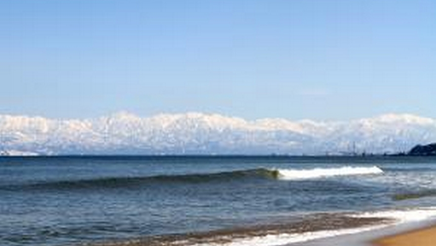 宿から海までは徒歩30秒!天気が良いと海越しの立山がハッキリ見られます!