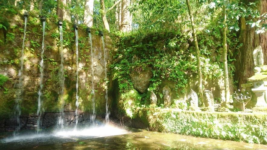 大岩不動の六本滝は真言密教の大本山・日石寺のシンボルです。