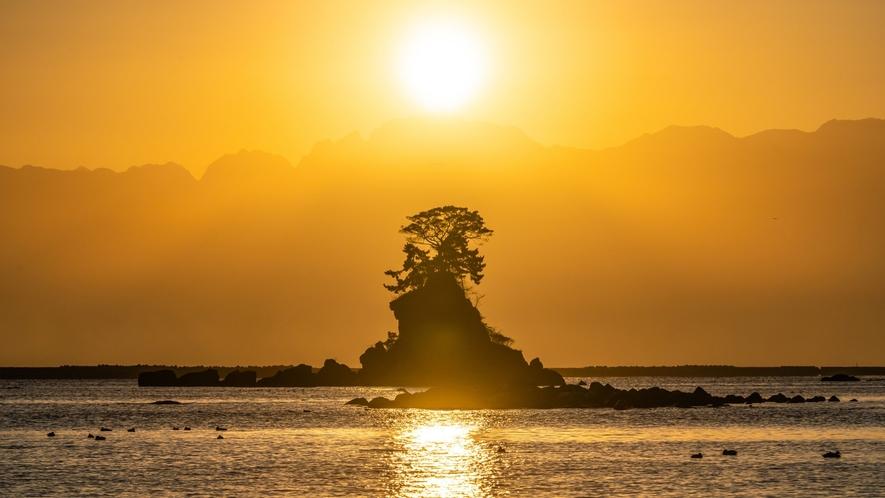 雨晴海岸は国定公園に指定され、四季折々、朝夕、それぞれに変化し息を呑むほどの美しさです。