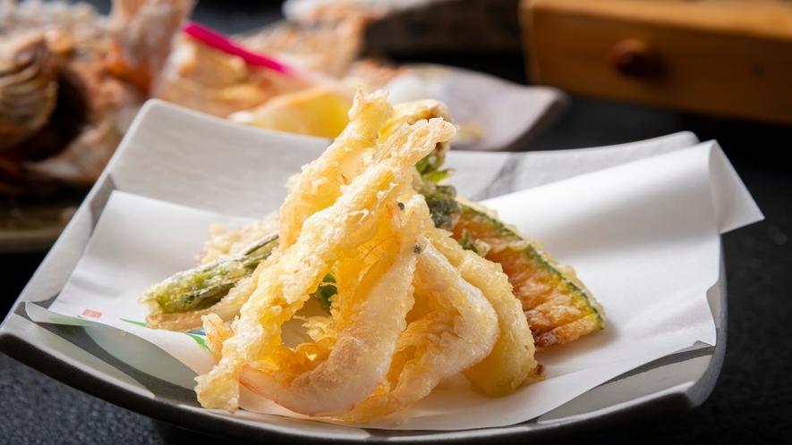 富山湾の宝石「白海老」を天ぷらに。さくっと甘く香ばしい味わいは幅広い世代に人気です。