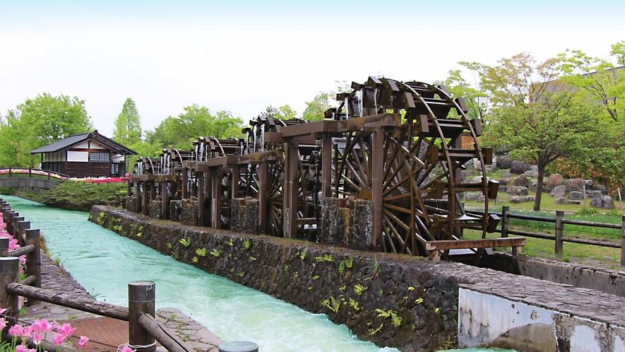 砺波チューリップ公園にある五連揚水水車