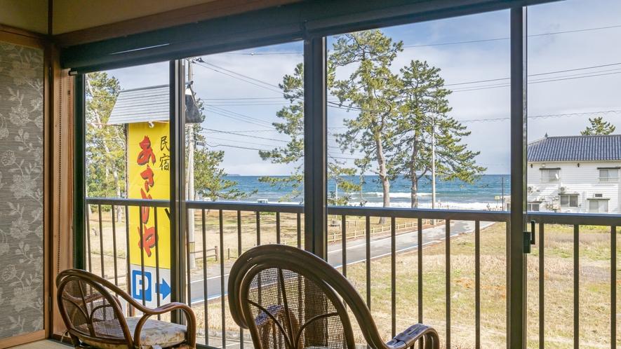 お部屋によっては窓からすぐそこに海を眺めることもできます。