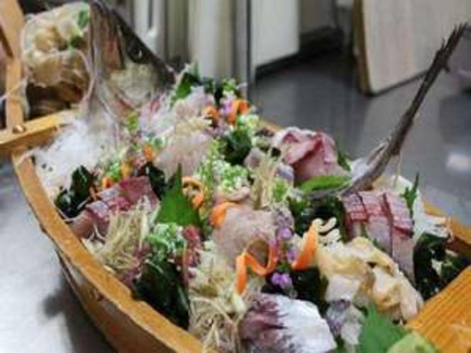 豪快な舟盛り。氷見の新鮮な魚介をたっぷりと♪写真は5名様の舟盛りです。