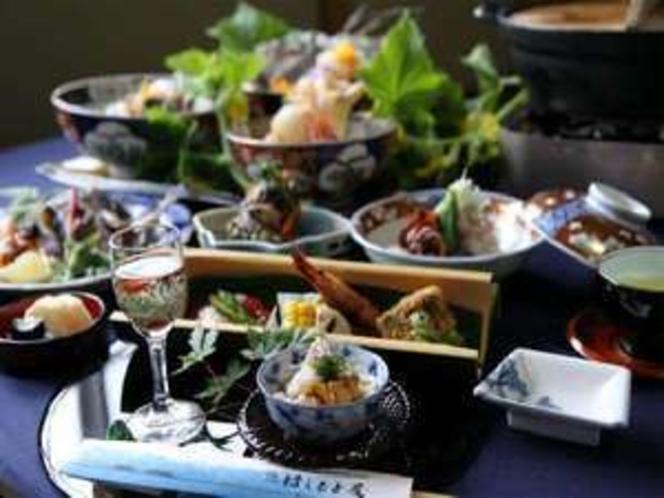 漁師町氷見の豪快さと東京修行時代に培った懐石料理の繊細の融合は氷見の中でも一味違ったお料理です。