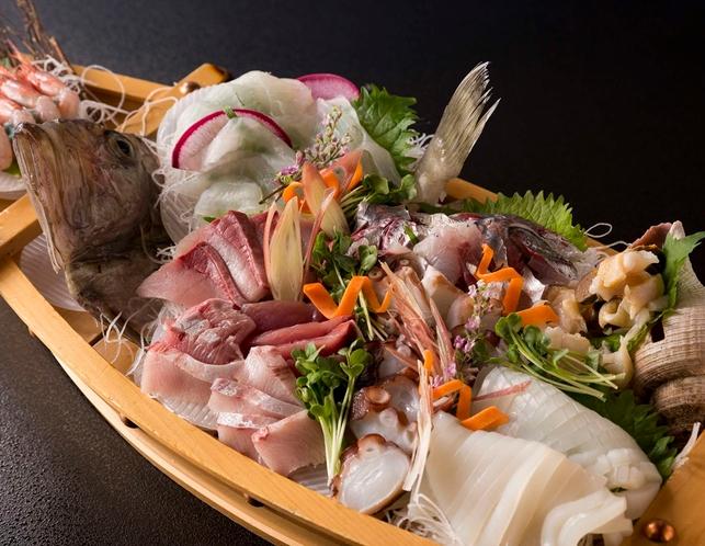 別注:舟盛り。氷見といえばやはりお造り!その日揚がった新鮮な魚介を、豪快に舟盛りでお出しするプランも