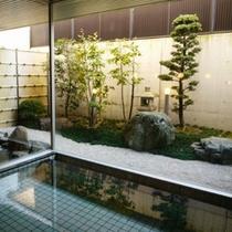 女風呂。中庭を眺めてリフレッシュ。