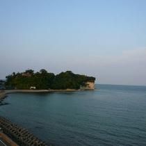 早朝の風景。宿左手には阿尾城址が見えます。