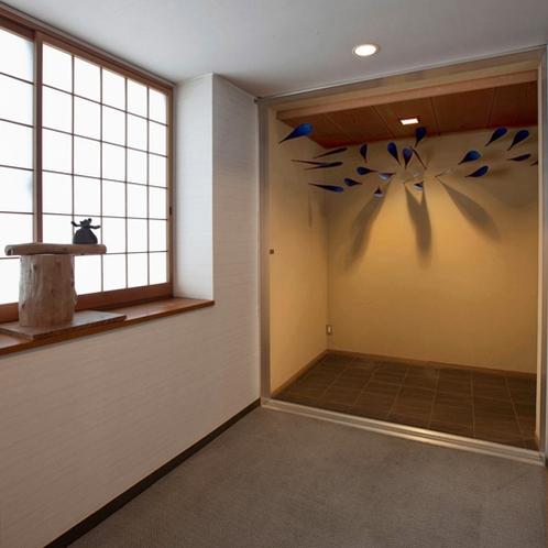 【客室廊下】館内のいたるところにアート作品が。こだわりのアート作品をお楽しみください。