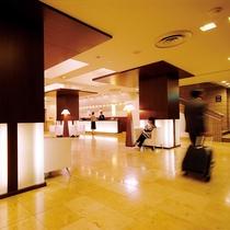 【ロビー】多くのお客様がゆっくりと寛げる、落ち着いた空間です。